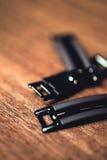 Feche acima, botões do metal no fundo de madeira do assoalho Imagens de Stock