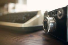Feche acima, câmera velha com máquina de escrever velha imagens de stock