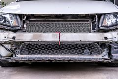 Feche acima, carro com a parte removida ou o amortecedor para reparar marcado apronta-se para a pintura nova foto de stock