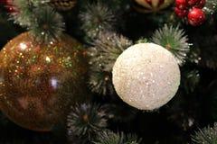 Feche acima da árvore de Natal com os ornamento das quinquilharias, Imagem de Stock