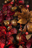 Feche acima da árvore de Natal com os ornamento das quinquilharias, flocos de neve, trenós, luzes Fotografia de Stock Royalty Free