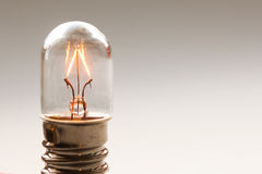Feche acima da ampola de incandescência, opinião retro do macro da lâmpada de filamento do estilo Fundo morno das cores Foco maci Fotos de Stock Royalty Free
