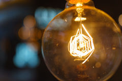 Feche acima da ampola iluminada inovação com bokehs como criam imagens de stock