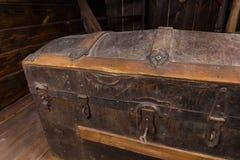 Feche acima da arca do tesouro antiga na plataforma do navio foto de stock