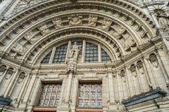 Feche acima da arquitetura de Albert e de Victoria Museum Building em Londres fotografia de stock