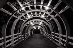 Feche acima da arquitetura do túnel de madeira no jardim exterior na noite imagens de stock royalty free