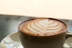 Feche acima da arte quente do latte do café com teste padrão da folha Fotografia de Stock