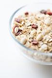 Feche acima da bacia com granola ou do muesli na tabela Fotografia de Stock