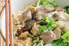 Feche acima da bacia de macarronete tailandês da carne do estilo com hashi. Fotografia de Stock