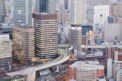 Feche acima da baixa e da estrada do negócio do prédio de escritórios da vista aérea Imagem de Stock