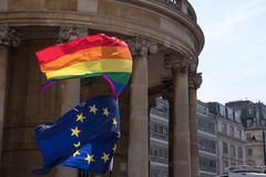 Feche acima da bandeira do arco-íris LGBT e da bandeira da UE que voam junto em Pride Parade alegre em Londres 2018 imagens de stock