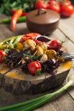 Feche acima da bandeja vegetal grelhada colorida da recompensa na bandeja de madeira foto de stock royalty free