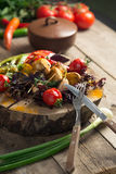 Feche acima da bandeja vegetal grelhada colorida da recompensa na bandeja de madeira foto de stock
