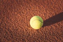 Feche acima da bola de tênis na corte de argila bola de /Tennis, vintage Fotos de Stock Royalty Free