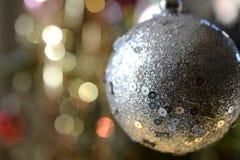 Feche acima da bola do Natal, fundo blured imagem de stock