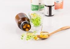 Feche acima da cápsula do óleo da prímula de noite, alimento suplementar Imagens de Stock