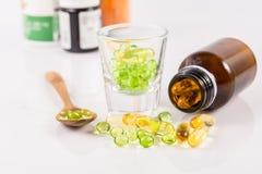Feche acima da cápsula do óleo da prímula de noite, alimento suplementar Imagem de Stock