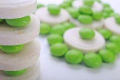 Feche acima da cápsula dos comprimidos no fundo branco Fotos de Stock Royalty Free