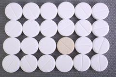 Feche acima da cápsula dos comprimidos no fundo branco Foto de Stock