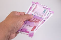Feche acima da cédula 2000 nova da rupia na mão do homem Mahatma Gandhi no indiano 2000 cédulas da rupia Fotografia de Stock Royalty Free