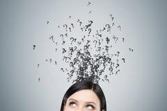 Feche acima da cabeça do ` s da mulher desafiada por pontos de interrogação Fotos de Stock Royalty Free