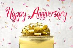 Feche acima da caixa atual dourada com palavra e conf felizes do aniversário Imagens de Stock Royalty Free