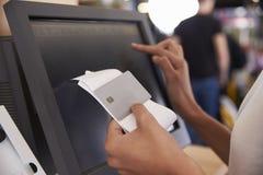 Feche acima da caixa registadora de Bill And Credit Card At fotografia de stock