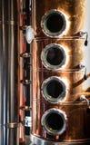 Feche acima da caldeira do destilador: O processo de fazer a gim começa aqui nesta chaleira fotos de stock royalty free