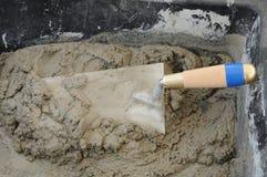 Feche acima da calha, do cimento e da pá de pedreiro do almofariz Fotos de Stock