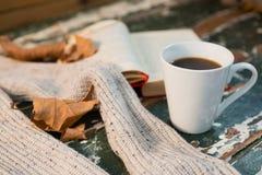 Feche acima da camiseta pelo copo aberto do livro e de café Foto de Stock
