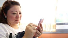 Feche acima da cara da mulher asiática em um trem, sorrindo na vista vídeos de arquivo