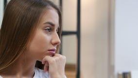 Feche acima da cara de pensamento da moça, vista lateral video estoque