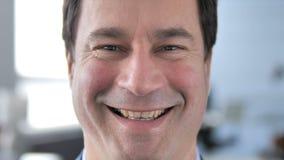Feche acima da cara de sorriso do homem video estoque