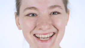 Feche acima da cara de sorriso da jovem mulher, fundo branco imagens de stock royalty free