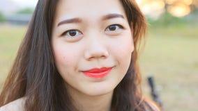 Feche acima da cara de sorriso toothy de uma mulher asiática mais nova filme