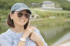 Feche acima da cara de sorriso toothy da viagem e do relaxi asiáticos da mulher Imagem de Stock Royalty Free