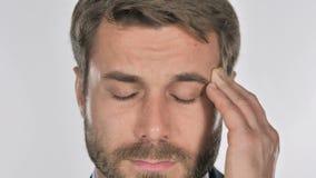 Feche acima da cara do homem que gesticula a dor de cabeça, esforço vídeos de arquivo