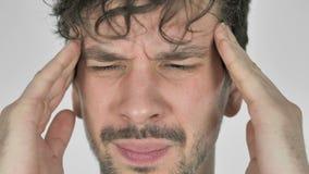 Feche acima da cara do homem que gesticula a dor de cabe?a, esfor?o video estoque