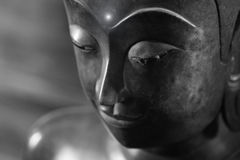 Feche acima da cara na estátua da cabeça de buddha e no estilo preto e branco da imagem Imagens de Stock