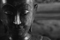 Feche acima da cara na estátua da cabeça de buddha e no estilo preto e branco da imagem Foto de Stock Royalty Free