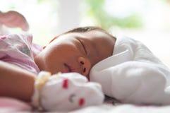 Feche acima da cara recém-nascida com luz do sol Uma parte da cara Recém-nascido está dormindo Foto de Stock Royalty Free