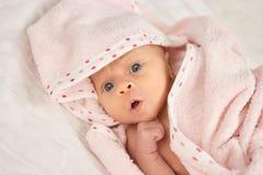 Feche acima da cara recém-nascida do bebê do retrato Foto de Stock