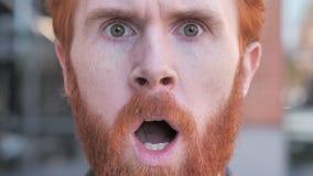 Feche acima da cara Shocked da cara do homem novo da barba vídeos de arquivo