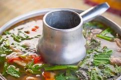 Feche acima da carne misturada caldo do espaço livre de Tom Yum no potenciômetro Tailândia tradicional imagem de stock