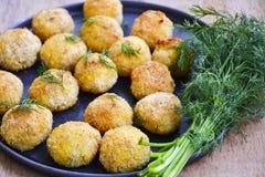 Feche acima da casa fez o croquete do estilo do italiano do arroz Arancini com peixes de Runa fotos de stock royalty free