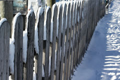 Feche acima da cerca coberto de neve fotos de stock