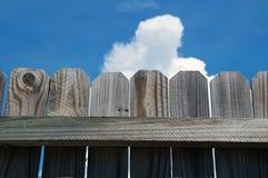 Feche acima da cerca de madeira contra o céu Imagens de Stock