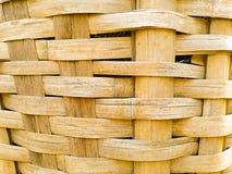 feche acima da cesta de tecelagem de bambu imagem de stock
