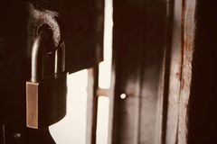 Feche acima da chave de antigo mestre fechado na porta suja e da mancha do ferro imagem de stock