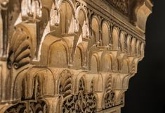 Feche acima da cinzeladura árabe no palácio de Alhambra, Granada, a Andaluzia, imagem de stock